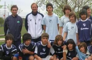 Marcelo Firpo entrenando a los chicos de Quilmes. El maestro y sus alumnos.