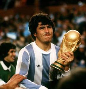 Daniel Passarella, el único futbolista bicampeón mundial. Nacido en Chacabuco, provincia de Buenos Aires. Surgido en Sarmiento de Junín.