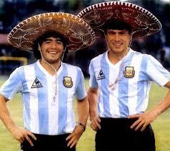 Diego Maradona y Daniel Passarella fotografiados antes del comienzo de la Copa del Mundo 1986. Un ego de capitanías nunca resuelto. Daniel fue parte de la Copa del Mundo pero no jugó, afectado por el Mal de Moctezuma.