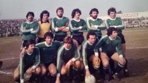 Sarmiento de Junín 1981. Un gran equipo, con figuras como Carlos López,Ricardo Gareca o el Toti Iglesias. De la Llera es el primero parado desde la izquierda.