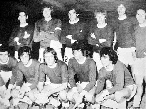 La noche que nació la leyenda Carlovich. El lungo de Central Córdoba (segundo parado desde la derecha), en sólo un tiempo bailó a todo el equipo argentino. El rey del caño de ida y vuelta.