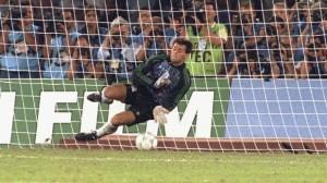 Sergio Goycochea tapa el penal de Roberto Donadoni y mete a Argentina en la final de Italia 1990. Héroe eterno.