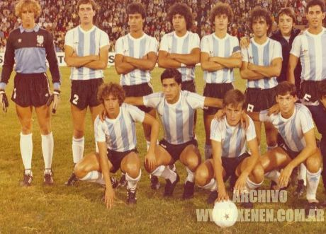Año 1983. Cancha de Vélez. El equipo de la Academia que ganó el Proyección 86. Una gran generación de jugadores quemados por las urgencias. Camote era el wing izquierdo.