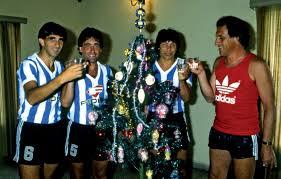 Coco Basile 1985. Celebrando el año nuevo con el ascenso racinguista. En la foto, Gustavo Costas, Horacio Cordero y Cholo Pavón.