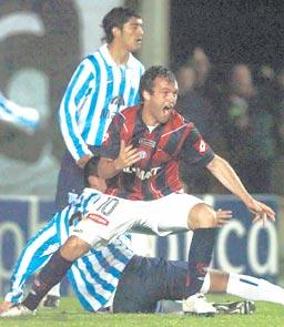Comienza un festejo que será interminable. Bernardo Romeo convierte el cuarto gol de su equipo. Una remontada inolvidable para la gente de Boedo.