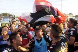 El festejo desbordante de alegría de los jugadores funebreros. Chacarita venció 1 a 0 a Villa Dálmine en una remontada heroica.