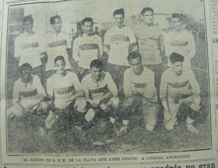 El equipo de Gimnasia Esgrima La Plata que goleó 4 a 0 a Liberal Argentino. Año 1924.