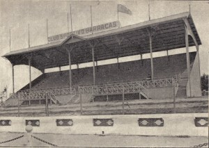 La tribuna oficial de Sportivo Barracas. Inaugurado el 25 de mayo de 1920, durante una década será un ámbito fundamental de nuestro fútbol. Allí se disputó la final del sudamericano.