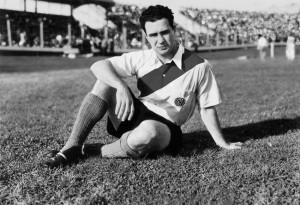Con el profesionalismo, llegaron las primeras grandes transferencias. Carlos Peucelle pasó de Sportivo Buenos Aires a River Plate por una pequeña fortuna: 10.000 pesos.