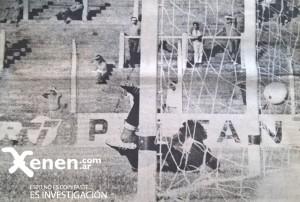 La pintier ya pegó en las mallas. Juan Manuel Ramos en el piso. El tiro libre perfecto del Sopa Godoy. Armenio 3 - 1 Belgrano.