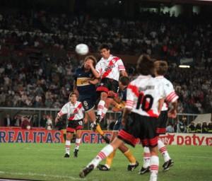 El cabezazo del paraguayo Celso Ayala se convierte en empate y leyenda. River perdía 3 a 0 el superclásico. Lo igualó 3 a 3.