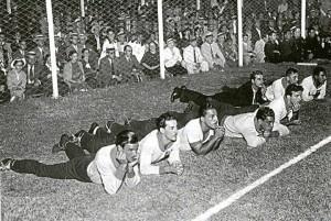 Por jugarse en época estival, se aceptaron los cambios. Los jugadores brasileños echados en la gramilla de San Lorenzo. Algunos, fumando.