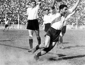 Una foto para todos los tiempos. Legarreta inmortalizó a José Manuel Moreno festejando el primer gol riverplatense, aquella tarde de 1937.