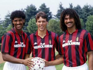 Frank Rijkaard y Rudd Gullit. Estrellas del Milan en 1989. La negativa del club para que viajaran a su Surinam natal fue vital para que salvaran sus vidas.